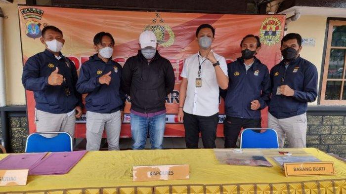 VD (jaket hitam), oknum ASN KKP Tarakan Kaltara menjadi tersangka vaksin berbayar. VD tertangkap dalam OTT yang dilakukan Satreskrim kota Tarakan Senin 6 September 2021