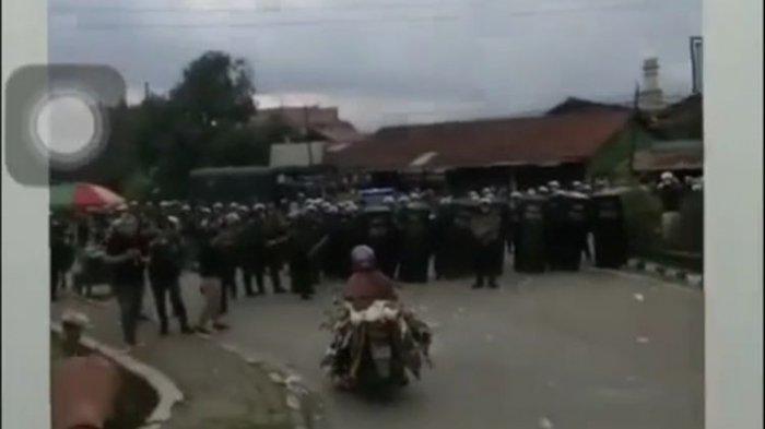 Tangkapan layar video emak-emak saat membawa puluhan bebek menerobos barikade polisi di Jalan Teuku Umar, Samarinda, Kaltim, Kamis (8/10/2020).
