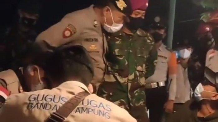 Viral di media sosial video seorang pemilik angkringan di Bandar Lampung mengamuk dan adu mulut dengan petugas Satgas Covid-19.