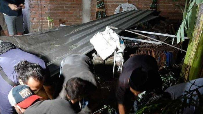 Warga mengangkat jenazah Sunardi (26) warga Dukuh Ngasinan, Desa Sukorejo, Kecamatan Sukorejo, Kabupaten Ponorogo, Jawa Timur, Selasa (27/4/2021) malam.
