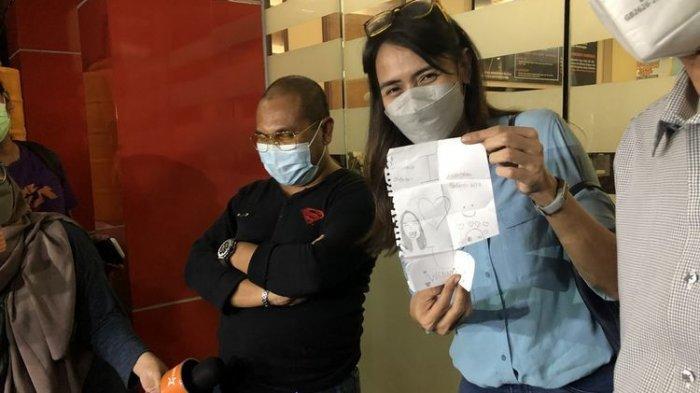 Wenny Ariani menunjukan surat dari anaknya sebagai bentuk dukungan di Polres Metro Jakarta Selatan, Senin (6/9/2021).