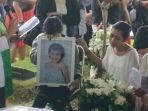 karen-pooroe-di-pemakaman-putrinya.jpg