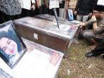 pemakaman-korban-sriwijaya.jpg