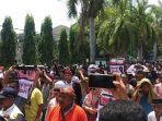 ribuan-warga-demo-tolak-pergantian-nama-bandara-lombok.jpg