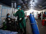 tenaga-medis-membantu-memasang-infus-kepada-pasien-di-tenda-darurat.jpg
