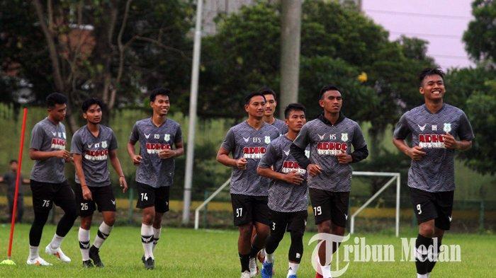 Sejumlah pemain PSMS Medan mengikuti latihan rutin di Stadion Kebun Bunga, Medan, Selasa (1/5/2021). Tim Pelatih terus menggenjot fisik skuat Ayam Kinantan jelang menunggu keputusan bergulirnya kompetisi yang dilakukan dengan cara virtual pada 3 Juni 2021 di Jakarta.