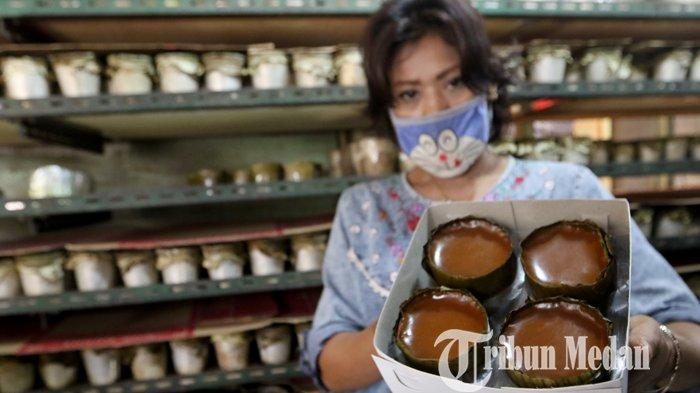 Perajin industri rumahan menunjukkan kue bakul yang telah siap dipasarkan di Jalan Merbau, Medan, Selasa (2/2/2021). Penjualan kue bakul tahun ini menurun hingga 50 persen dibandingkan tahun lalu terdampak Covid-19.