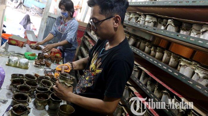 Perajin industri rumahan menyusun kue bakul yang telah siap dipasarkan di Jalan Merbau, Medan, Selasa (2/2/2021). Penjualan kue bakul tahun ini menurun hingga 50 persen dibandingkan tahun lalu terdampak Covid-19.