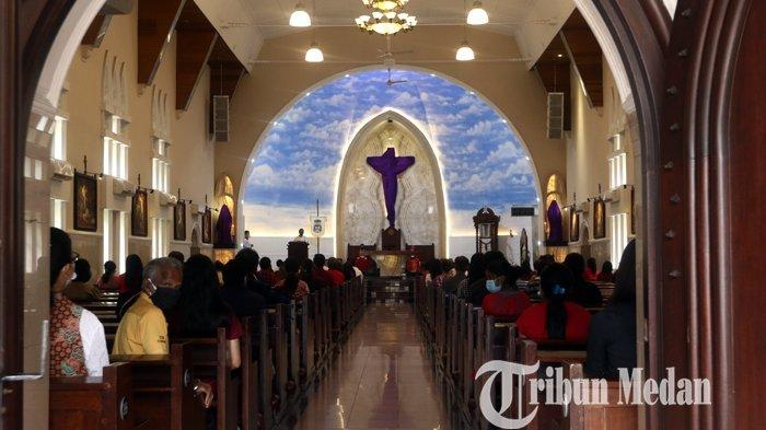 Umat Kristiani melaksanakan ibadah Jumat Agung di Gereja Katedral Jalan Pemuda, Medan, Jumat (2/4/2021). Ibadah dalam rangkaian Perayaan Paskah tersebut digelar dengan menerapkan protokol kesehatan ketat.
