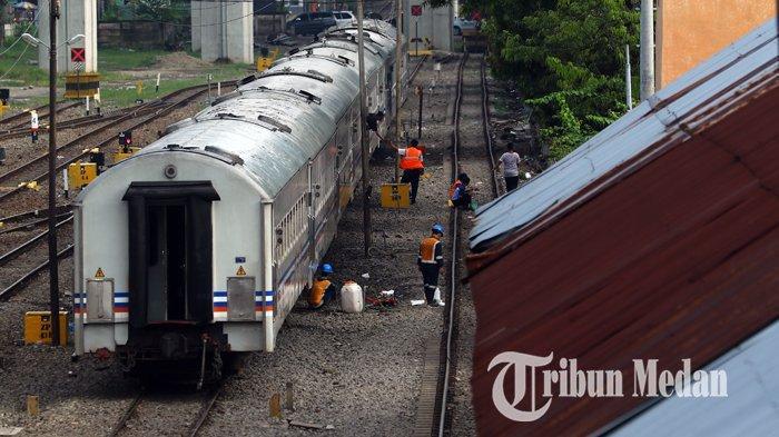 Berita Foto: Pekerja Melakukan Perawatan Rutin Gerbong Kereta Api untuk Kenyamanan Penumpang - 02102019_perawatan_gerbong_kereta_danil_siregar-1.jpg