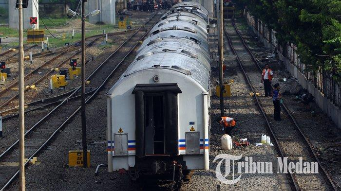 Berita Foto: Pekerja Melakukan Perawatan Rutin Gerbong Kereta Api untuk Kenyamanan Penumpang - 02102019_perawatan_gerbong_kereta_danil_siregar-2.jpg