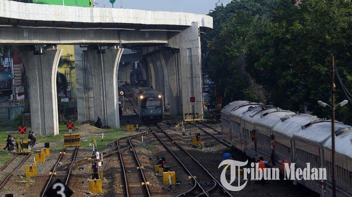 Berita Foto: Pekerja Melakukan Perawatan Rutin Gerbong Kereta Api untuk Kenyamanan Penumpang - 02102019_perawatan_gerbong_kereta_danil_siregar-3.jpg