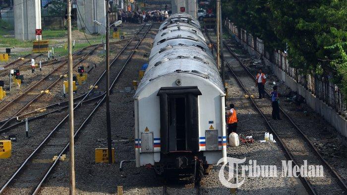Berita Foto: Pekerja Melakukan Perawatan Rutin Gerbong Kereta Api untuk Kenyamanan Penumpang - 02102019_perawatan_gerbong_kereta_danil_siregar.jpg