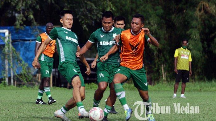 Pemain PSMS Medan Riski Novriansyah (tengah) bersama rekannya Afiful Huda (kanan) dan Sutanto Tan saling berebut bola saat mengikuti latihan di Lapangan TGM, Medan, Rabu (30/9/2020). PSMS Medan terus melakukan persiapan untuk menjaga kondisi pemain jelang bergulirnya Liga 2.