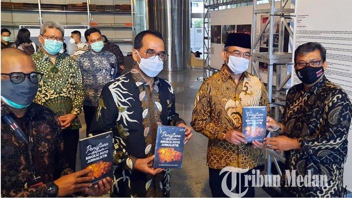 Berita Foto: Menteri PMK Muhajir Effendi Apresiasi Buku Karya Pewarta Foto Medan