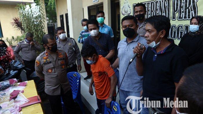 Keluarga korban memberikan keterangan terkait pembunuhan di Mapolsek Sunggal, Medan, Sabtu (3/4/2021). Polsek Sunggal berhasil menangkap tersangka Saiful, pelaku pembunuh wanita yang tewas di dalam bak mandi.