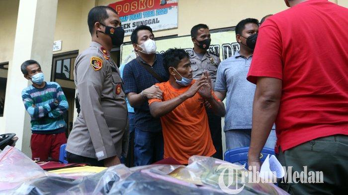 Kapolsek Sunggal Kompol Yasir Ahmadi (dua kiri) menginterogasi tersangka pembunuhan di Mapolsek Sunggal, Medan, Sabtu (3/4/2021). Polsek Sunggal berhasil menangkap tersangka Saiful, pelaku pembunuh wanita yang tewas di dalam bak mandi.