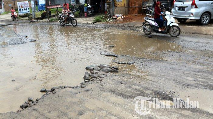 Berita Foto: Jalan Rusak dan Berlubang di Tanjung Selamat Membahayakan Keselamatan Pengendara - 03122019_jalan_rusak_danil_siregar-1.jpg