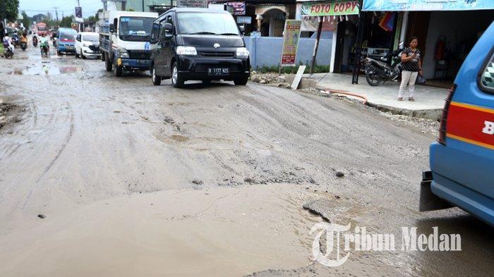 Berita Foto: Jalan Rusak dan Berlubang di Tanjung Selamat Membahayakan Keselamatan Pengendara - 03122019_jalan_rusak_danil_siregar-2.jpg