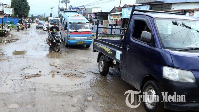 Berita Foto: Jalan Rusak dan Berlubang di Tanjung Selamat Membahayakan Keselamatan Pengendara - 03122019_jalan_rusak_danil_siregar-3.jpg