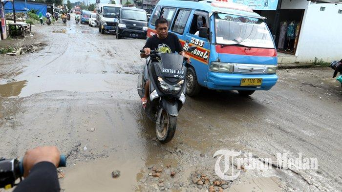 Berita Foto: Jalan Rusak dan Berlubang di Tanjung Selamat Membahayakan Keselamatan Pengendara - 03122019_jalan_rusak_danil_siregar.jpg