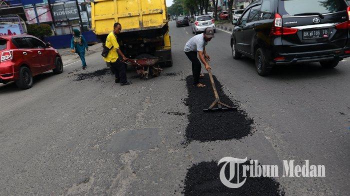 Berita Foto: Pekerja Melakukan Pengerjaan Tambal Sulam Aspal yang Berlubang di Jalan Gatot Subroto - 04092019_tambal_sulam_danil_siregar-1.jpg