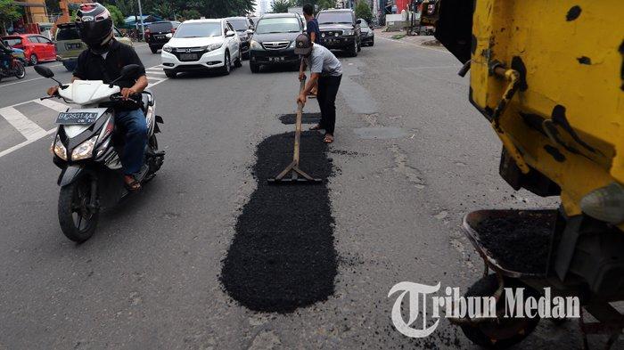 Berita Foto: Pekerja Melakukan Pengerjaan Tambal Sulam Aspal yang Berlubang di Jalan Gatot Subroto - 04092019_tambal_sulam_danil_siregar-2.jpg