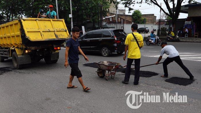 Berita Foto: Pekerja Melakukan Pengerjaan Tambal Sulam Aspal yang Berlubang di Jalan Gatot Subroto - 04092019_tambal_sulam_danil_siregar-3.jpg