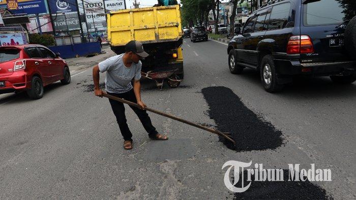 Berita Foto: Pekerja Melakukan Pengerjaan Tambal Sulam Aspal yang Berlubang di Jalan Gatot Subroto - 04092019_tambal_sulam_danil_siregar.jpg