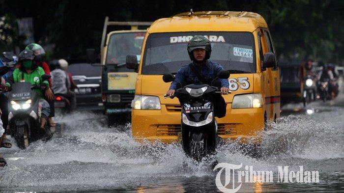 Berita Foto: Sistem Drainase yang Buruk Diduga Jadi Penyebab Banjir di Jalan Protokol Kota Medan