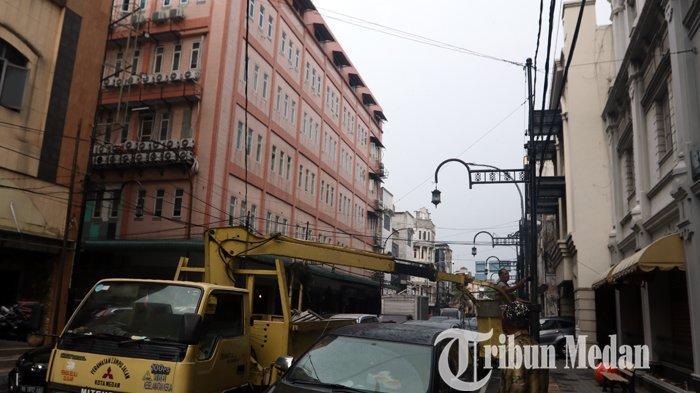 Berita Foto: Kesawan City Walk Terus Melakukan Pembenahan, Termasuk Lampu Hias Penerangan