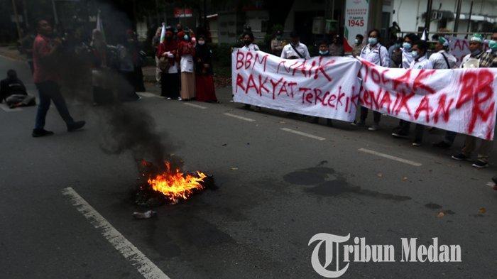 Massa yang tergabung dalam Kesatuan Aksi Mahasiswa Muslim Indonesia (KAMMI) Sumut berunjuk rasa di depan kantor PT Pertamina Marketing Operation Region (MOR) 1, Medan, Selasa (6/4/2021). Dalam askinya, mereka menolak kenaikan harga bahan bakar minyak (BBM) di Sumut karena dianggap menyengsarakan rakyat.