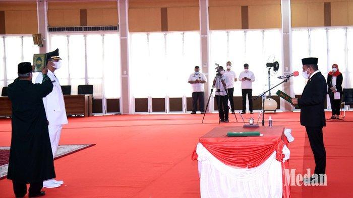 Gubernur Sumatera Utara Edy Rahmayadi (kanan) melantik Rizky Yunanda Sitepu sebagai Wakil Wali Kota Binjai di Aula Tengku Rizal Nurdin, Jalan Sudirman Medan, Rabu (6/10/2021). Rizky Yunanda Sitepu terpilih menjadi Wakil Wali Kota Binjai mengugguli kompetitornya Hamdani Syahputra dalam proses pemilihan di DPRD Binjai.