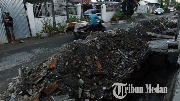 Berita Foto: Perbaikan Drainase Diharapkan Dapat Mengurai Banjir di Jalan Kenanga Medan - 06112019_perbaikan_drinase_danil_siregar-1.jpg