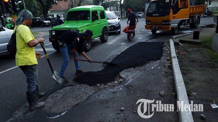Berita Foto: Pekerja Melakukan Pengerjaan Tambal Sulam Aspal yang Berlubang di Jalan Multatuli - 06112019_perbaikan_jalan_danil_siregar-1.jpg