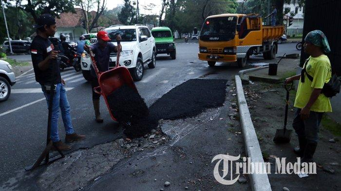 Berita Foto: Pekerja Melakukan Pengerjaan Tambal Sulam Aspal yang Berlubang di Jalan Multatuli - 06112019_perbaikan_jalan_danil_siregar-2.jpg