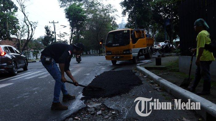 Berita Foto: Pekerja Melakukan Pengerjaan Tambal Sulam Aspal yang Berlubang di Jalan Multatuli - 06112019_perbaikan_jalan_danil_siregar-3.jpg