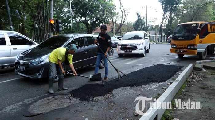 Berita Foto: Pekerja Melakukan Pengerjaan Tambal Sulam Aspal yang Berlubang di Jalan Multatuli - 06112019_perbaikan_jalan_danil_siregar.jpg