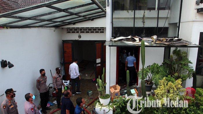 Petugas Damkar berusaha memadamkan api yang membakar rumah di Perumahan Bumi Asri, Medan, Senin (7/6/2021). Tidak ada korban jiwa dalam musibah tersebut, diduga api berasal dari korsleting listrik.