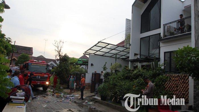 Petugas Damkar berhasil memadamkan api yang membakar rumah di Perumahan Bumi Asri, Medan, Senin (7/6/2021). Tidak ada korban jiwa dalam musibah tersebut, diduga api berasal korsleting listrik.