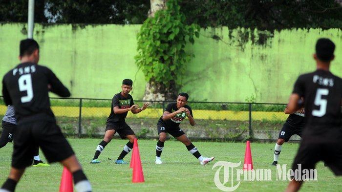 Sejumlah pemain PSMS Medan mengikuti latihan rutin di Stadion Kebun Bunga, Medan, Senin (7/6/2021). Jelang bergulirnya Liga 2, tim pelatih terus melakukan pembenahan dari segi fisik dan strategi skuat Ayam Kinantan.