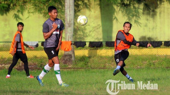 Pemain PSMS Medan Ichsan Pratama (kanan) melakukan tembakan saat mengikuti latihan di Stadion Kebun Bunga, Medan, Rabu (7/7/2021). Manajemen PSMS Medan tetap optimis menjadi tuan rumah untuk Liga 2.