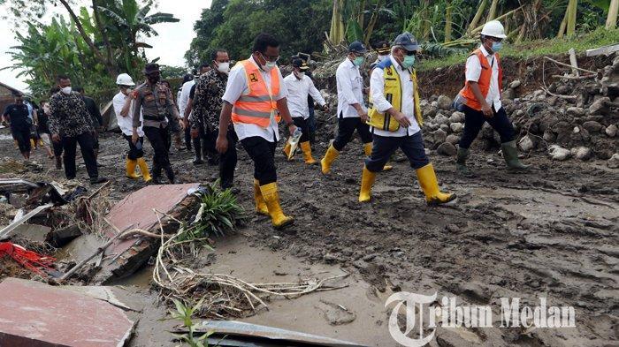 Menteri PUPR Basuki Hadimuljono (tengah) meninjau lokasi banjir bandang di Perumahan De Flamboyan, Medan, Senin (7/12/2020). Dalam tinjauannya, Kementerian PUPR siap membangunkan rumah susun untuk dihuni masyarakat yang selama ini tinggal di bantaran sungai demi keselamatan.