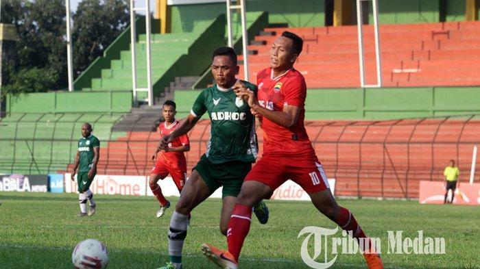 Pemain PSMS Medan Afiful Huda (kiri) berusaha melewati kawalan pemain PSAD saat pertandingan laga uji coba di Stadion Teladan Medan, Selasa (8/9/2020). Pertandingan laga uji coba antara PSMS Medan melawan PSAD tersebut berakhir imbang 2-2.