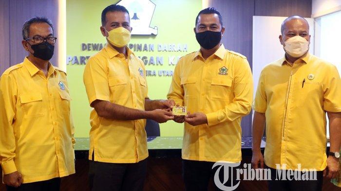 Ketua DPD Partai Golkar Sumut Musa Rajekshah (dua kiri) menyerahkan kartu tanda anggota (KTA) kader kepada Sultan Djorghi (dua kanan) disaksikan oleh Sekretaris DPD Partai Golkar Sumut Ilhamsyah (kanan) dan Ketua Korbid Politik, Hukum dan HAM DPD Partai Golkar Sumut Hanafiah Harahap (kiri) di Kantor DPD Partai Golkar Sumatera Utara, Medan, Jumat (8/10/2021). Dengan penyerahan KTA tersebut artis Sultan Djorghi resmi menjadi kader Partai Golkar.