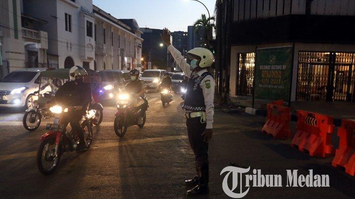 Berita Foto: Petugas Dishub Kota Medan Mengatur Arus Lalu Lintas Setelah Dibukanya Kesawan City Walk