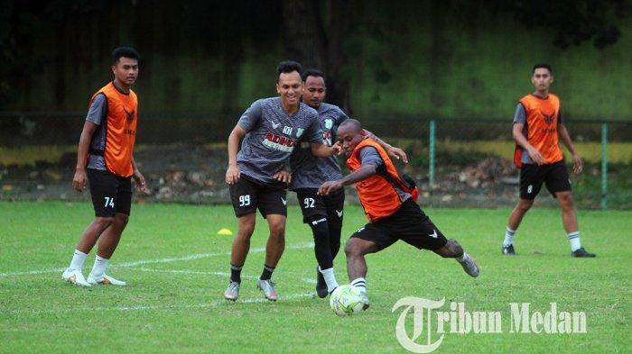 Pemain PSMS Medan mengikuti latihan di Stadion Kebun Bunga, Medan Rabu (9/6/2021). Pemusatan latihan yang berlangsung dengan materi fisik dan strategi tersebut jelang menghadapi kompetisi Liga 2.