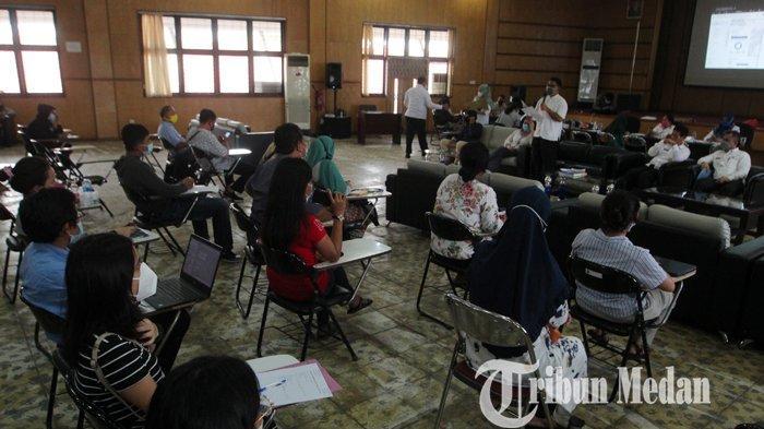 Dinas Pendidikan (Disdik) Sumut berbincang dengan para orangtua pelajar terkait PPDB online yang eror, di Kantor Disdik Sumut, Medan, Rabu (9/6/2021). Hasil perbincangan tersebut Disdik Sumut akhirnya memperpanjang masa PPDB online untuk jalur prestasi hingga 11 Juni 2021.
