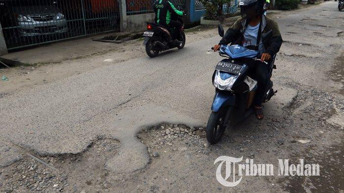 Berita Foto: Kondisi Jalan yang Rusak Belum Juga Diperbaiki Sangat Mengganggu Kenyamanan Warga - 10092019_jalan_rusak_danil_siregar-5.jpg