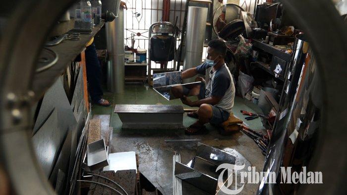Berita Foto: Perajin Cetakan Kue di Medan Mulai Kebanjiran Orderan, Di Tengah Pandemi Covid-19